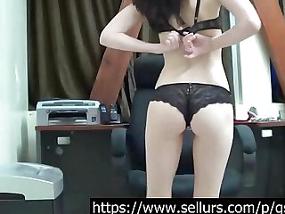 Cam girl shows her skills